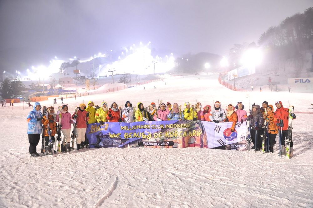 Group photos of people holding plan cards and korean flag at ski resorts