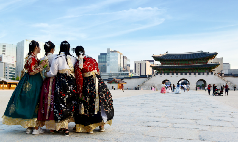 Explore the Grand Palaces in Traditional Korean Clothing
